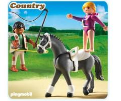 Наездница-эквилибристка на лошади