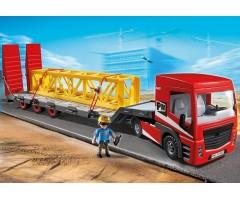 Большой грузовик с грузовой платформой
