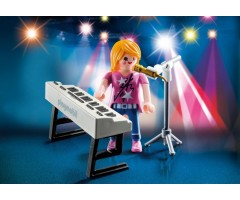 Певица с синтезатором